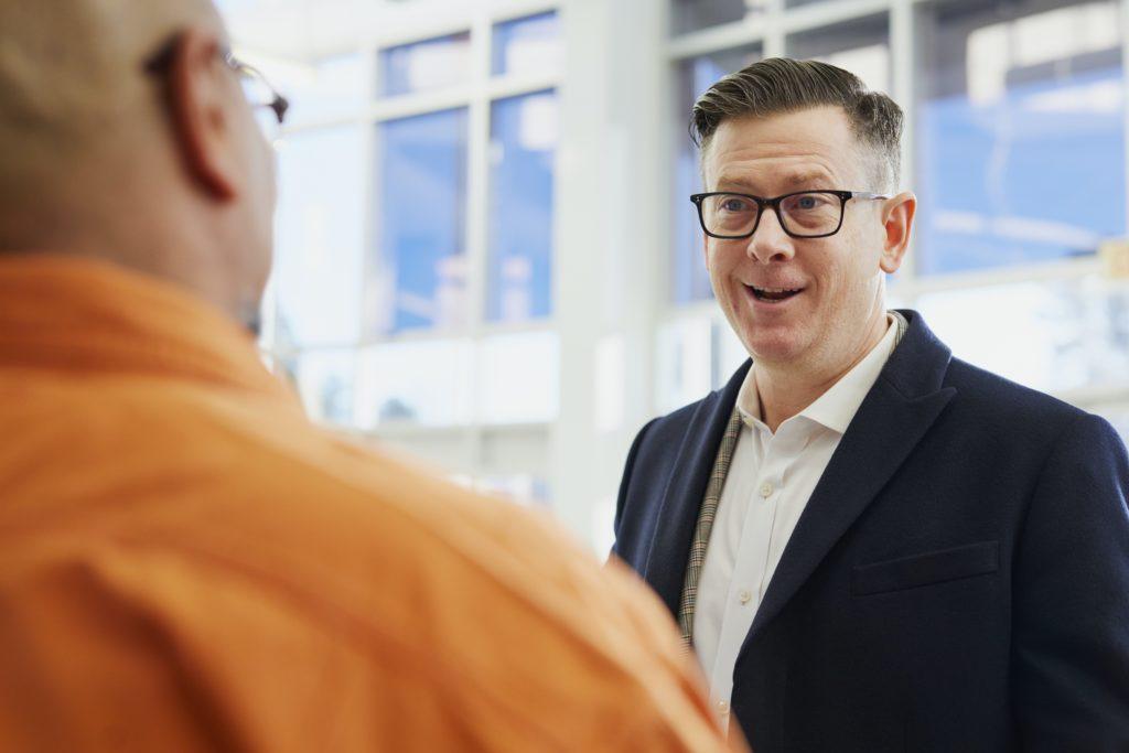 ouvir seu cliente antes de falar 1024x683 - Como ser um bom vendedor: Técnicas e hábitos para vender mais